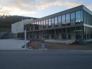 Neubau-Buerogebaeude-mit-Halle-Luft-Wasser-Waermepumpe-Hautec-01